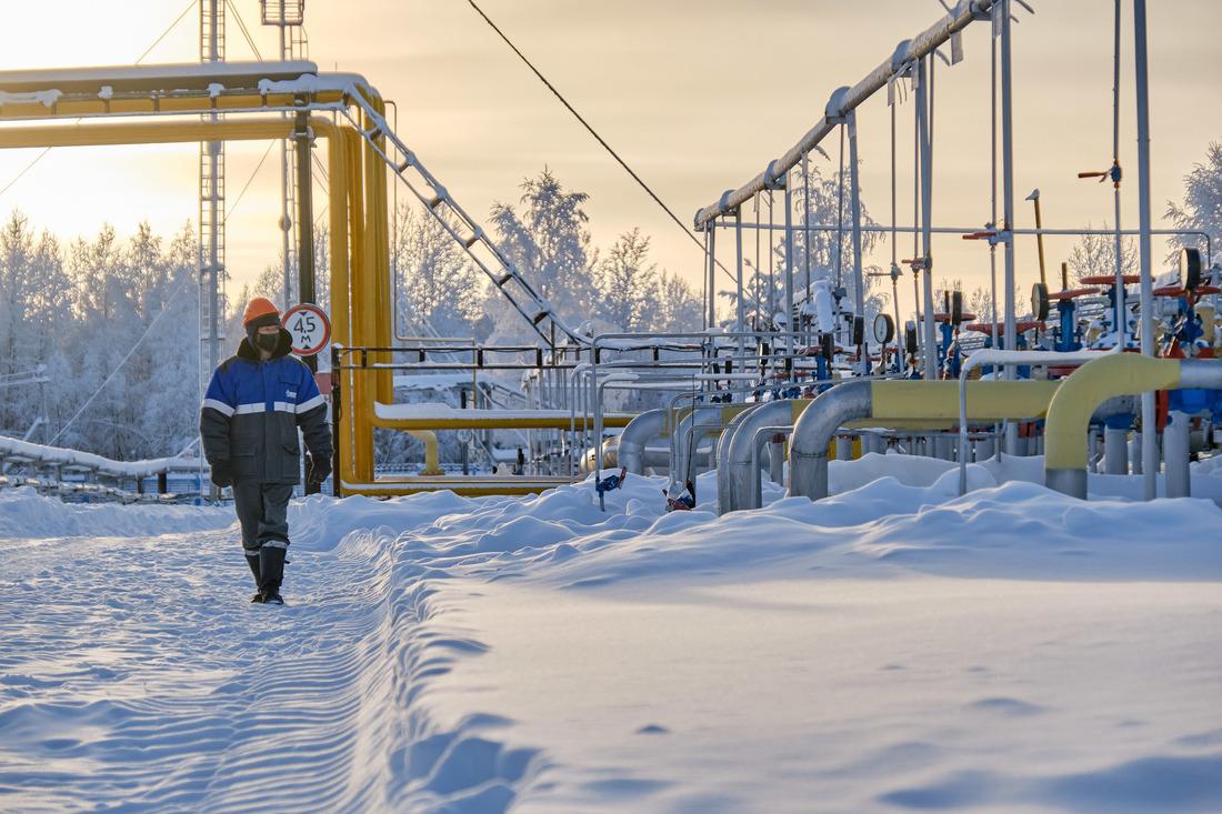 Оператор подобыче газа Вуктыльского ГПУ наосмотре объекта